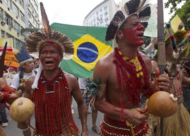 "Associated Press/Silvia Izquierdo - Brazilians protest against the privatization of the Maracana stadium, in Rio de Janeiro, Brazil, Saturday, Dec. 1, 2012.   Ερώτημα Συντάκτη : Ποια είναι η θέση του Σύριζα για το ""ξεπούλημα"" του ιστορικού  Μαρακανά;"