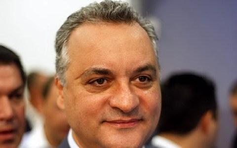 Με το ακαταμάχητο γλοιώδες βλέμμα του ο Μανώλης Κεφαλογιάννης, ο οποίος αν και απόγονος μεγάλου πολιτικού τζακιού είναι κατά βάθος ένα λαϊκό παιδί. Και ξενερώνει με το δίκιο του εναντίον του νερόβραστου τεχνοκράτη Στουρνάρα : http://www.inews.gr/201/leei-anoisies-o-stournaras--pesta-re-manolio.htm